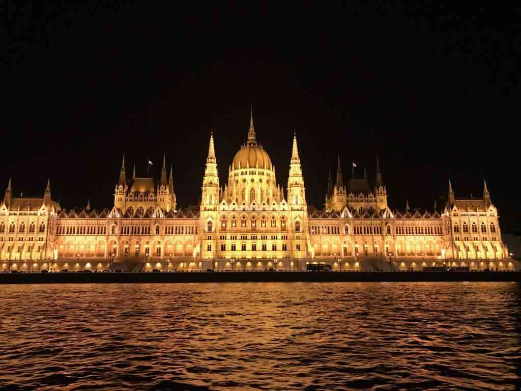 What an increidlbe view of the Parliament building at night
